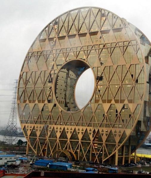 广州圆大厦位于东沙大桥珠江北岸,整体外观为金色圆环结构.高13